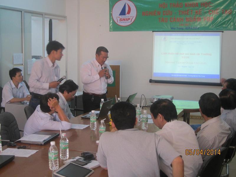 TS Huỳnh Văn Vũ giới thiệu về bể thử mô hình tại Trường ĐH Quốc gia Đài Loan