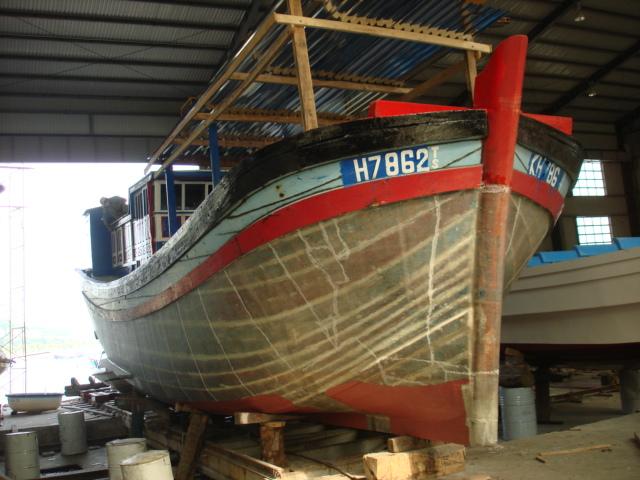 Bọc tàu vỏ gỗ bằng vật liệu composite tại xưởng của UNINSHIP