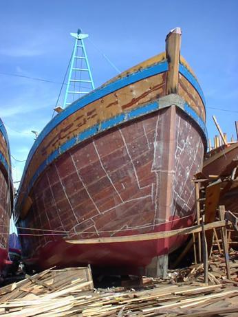 Bọc tàu vỏ gỗ cho ngư dân Vũng Tàu tại hiện trường