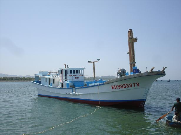 Tàu Quang Cường 2013 đang neo đậu tại cầu cảng của UNINSHIP