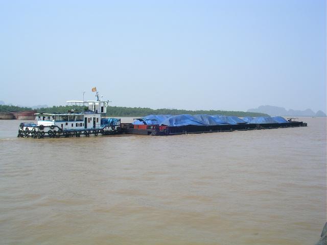 Tàu CDKN 07 đang đẩy đoàn sà lan 2400 tấn